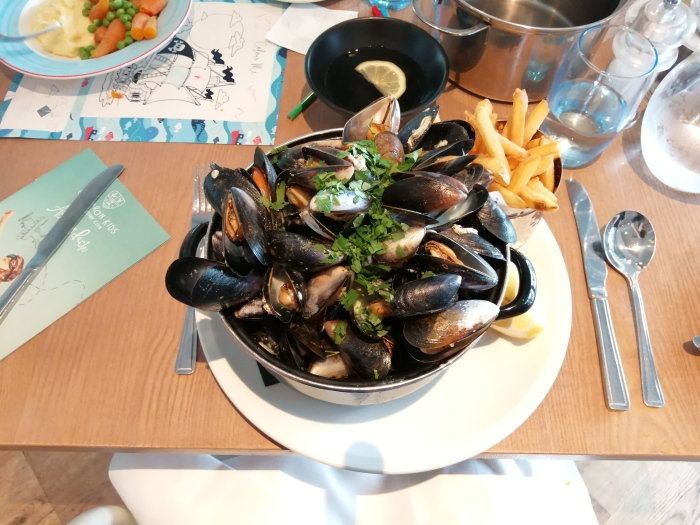 bowl of mussels cutlery