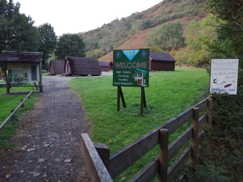 west highland way, scotland, campsite, beinglas campsite, sign, wigwams, fence